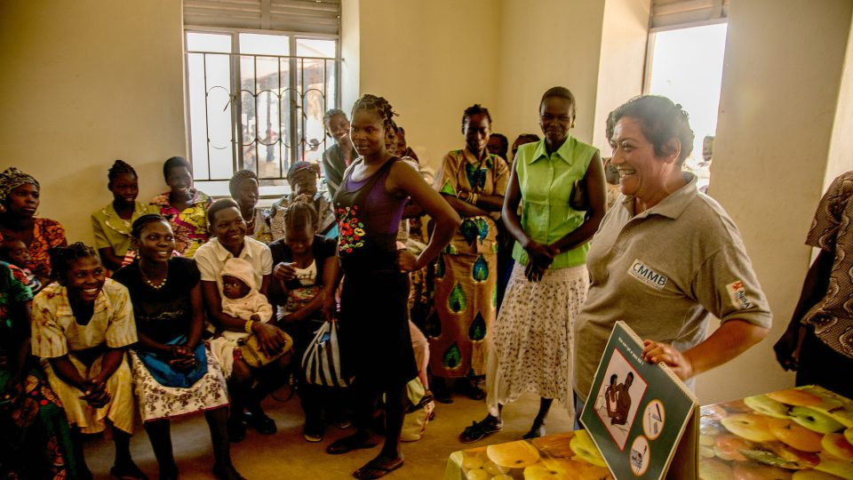 Volunteer Alumni Rachael Consoli works to teach proper nutrition to mothers.