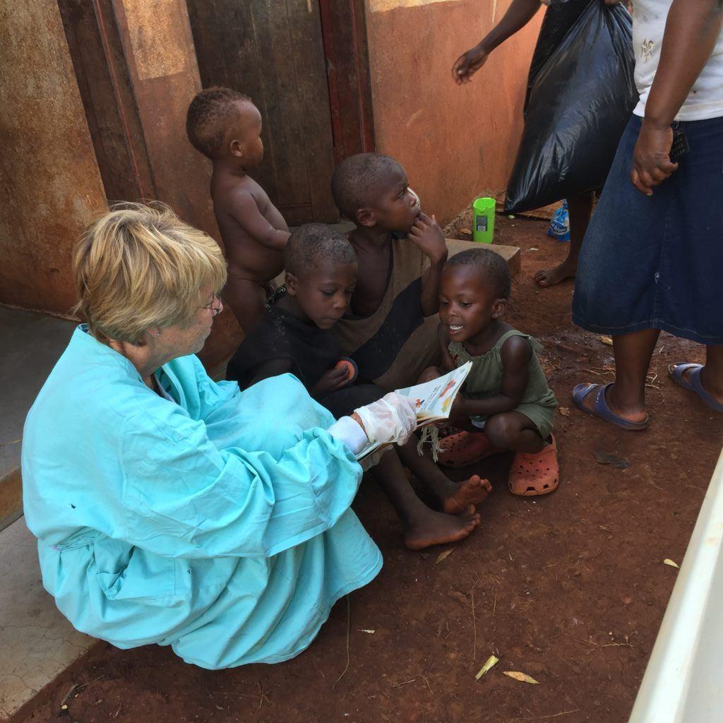 Kathleen talking with Lomapulazi's great grandchildren