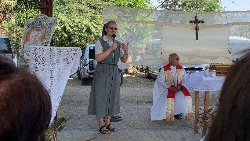 Sisster Wioletta Sobeska speaking before a group in the Phillipines.
